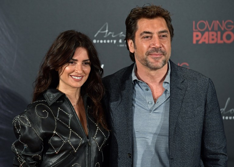 Spanish Actor And Actress Javier Bardem (R) And Penelope Cruz Pose During A Photocall To Present The Film 'Loving Pablo' In Madrid On March 6, 2018. / AFP PHOTO / OSCAR DEL POZO